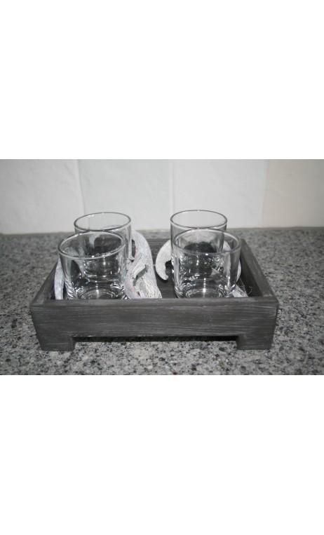 Grijze tray voorzien van 4 glaasjes en decoratiemateriaal