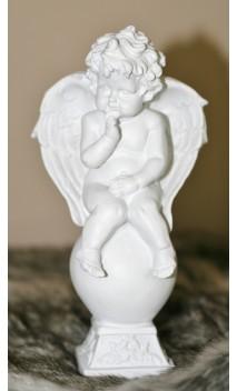 Keramiek beeldje van engel /vinger aan de kin ca. 18 cm hoog