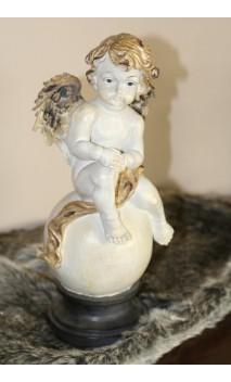 Engel met handjes op de knie 32 cm hoog