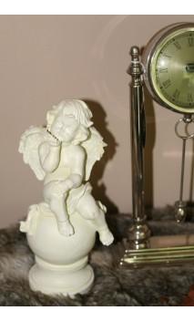 Engel keramiek zittend op bal, 25 cm hoog, kushand
