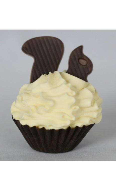 Petit four: Gele creme met een chocolade eekhoorn erop